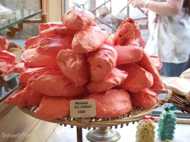 赤いプラリネのお菓子(メレンゲ)