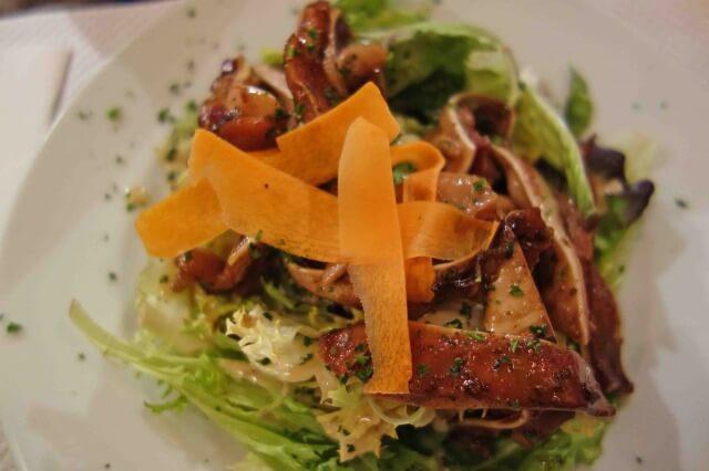 リヨンの料理豚の耳のサラダ