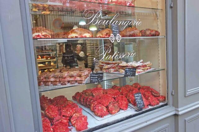 赤いプラリネのお菓子