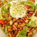 美食の街リヨンの料理 Salade lyonnaise サラドゥ・リヨネーズ