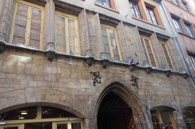 リヨン旧市街の松ぼっくりの館