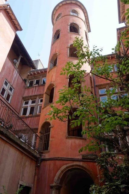 リヨン旧市街にあるバラ色の塔